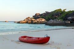 Kleines Boot auf weißem Sandstrand Stockfotografie