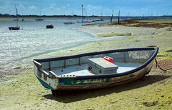 Kleines Boot bei Ebbe Stockbild