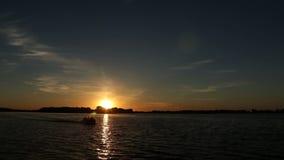 Kleines Boot bei Sonnenuntergang auf dem Fluss stock video