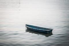 Kleines Boot, das auf den See schwimmt stockfoto