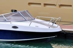 Kleines Boot, das auf Dock befestigt Stockbild
