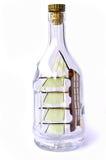Kleines Boot in der Flasche Stockfotos