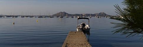 Kleines Boot am Ende des Piers Stockbilder