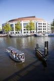 Kleines Boot in Fluss amstel vor Opernhaus Lizenzfreie Stockbilder