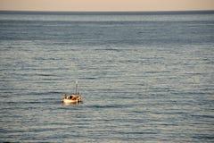 Kleines Boot, großer Ozean Lizenzfreie Stockfotos