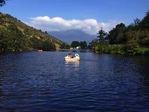 Kleines Boot im See stockbilder