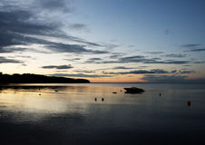 Kleines Boot in Meer bei Sonnenuntergang nahe Middelfart, Dänemark stockbilder