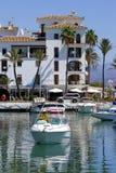 Kleines Boot oder Yacht, die in Duquesa Kanal in Spanien ziehen lizenzfreie stockbilder