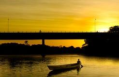 Kleines Boot am Sonnenuntergang Stockbild
