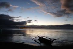 Kleines Boot und Sonnenuntergang Stockfotos