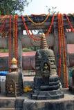 Kleines buddhistisches stupa und Ringelblumen Stockfotografie