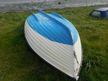 Kleines buntes Boot auf Lindisfarne die heilige Insel Stockfotos