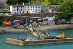 Kleines buntes Dock in Cobh Irland lizenzfreie stockbilder