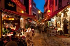 Kleines Café auf den alten Straßen in Brüssel stockfotos