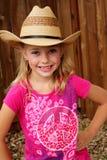 Kleines Cowgirl in einem Strohhut. Lizenzfreies Stockbild
