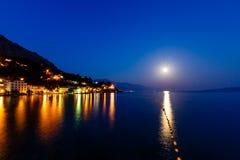 Kleines dalmatinisches Dorf-und adriatisches Seeschacht Stockbild