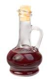 Kleines Dekantiergefäß mit dem Rotweinessig getrennt auf w Lizenzfreie Stockbilder