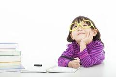 Kleines denkendes oder träumendes Mädchen Stockfoto