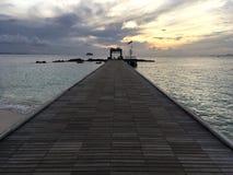Kleines Dock und Boot in dem Meer Stockbilder