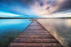 Kleines Dock und Boot am See lizenzfreies stockbild
