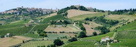 Kleines Dorf Acquaviva Picena auf Marken Stockfotografie
