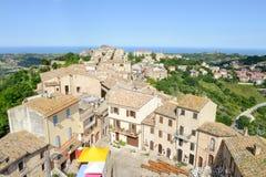 Kleines Dorf Acquaviva Picena auf Marken lizenzfreies stockfoto