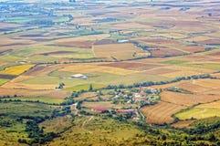 Kleines Dorf auf Alava-Feldern Lizenzfreies Stockbild