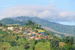 Kleines Dorf an auf dem Berg Lizenzfreies Stockfoto