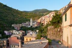 Kleines Dorf auf dem Gebirgshügel Stockbilder