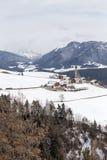 Kleines Dorf auf Renon in den Bergen Stockbild