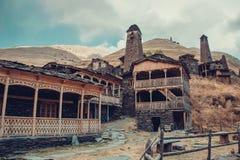 Kleines Dorf Dartlo mit traditionellen Steingebäuden und defensiven Türmen in Tusheti Abenteuerurlaub Reise zu Georgia Grün lizenzfreie stockfotografie