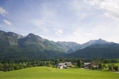 Kleines Dorf in den Alpen Stockbilder