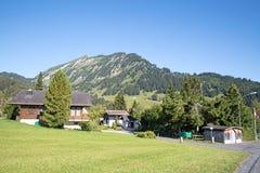 Kleines Dorf in den Alpen lizenzfreies stockbild
