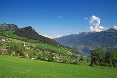 Kleines Dorf in den Alpen stockfotos