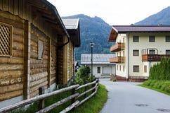 Kleines Dorf in den Bergen in Österreich lizenzfreies stockfoto