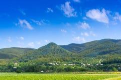 Kleines Dorf in den großen Bergen Lizenzfreie Stockfotos