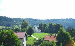 Kleines Dorf in der ruhigen Landschaft der slowenisch Landschaft stockfotografie