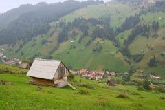 Kleines Dorf an der Unterseite des Berges Lizenzfreies Stockfoto