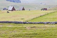 Kleines Dorf in Durmitor. Lizenzfreie Stockfotografie