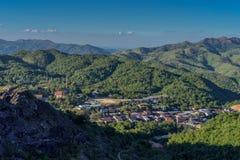 Kleines Dorf im Tal im ländlichen Gebiet von Kanchanaburi, Thailand Stockbild