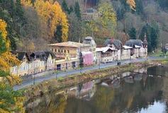 Kleines Dorf Kyselka mit historischen Häusern nahe Karlovy Vary lizenzfreies stockbild