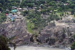 Kleines Dorf liegen nah an Steinschlagbildung entlang Fluss bei Himachal Pradesh Stockfoto