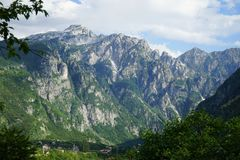 Kleines Dorf, massiv Berg, Teth lizenzfreie stockfotos