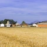 Kleines Dorf mit Bauernhof und Kirche Lizenzfreies Stockbild