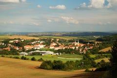 Kleines Dorf mit Kathedrale Stockbilder