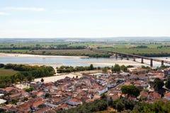 Kleines Dorf nahe Fluss Lizenzfreie Stockfotos