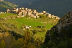 Kleines Dorf zwischen Bergen in Katalonien stockbild