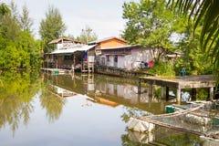 Kleines Dorfhaus am Wasser Lizenzfreie Stockbilder