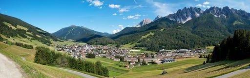 Kleines Dorfpanorama der Alpen Lizenzfreies Stockbild