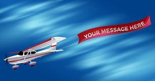 Kleines einmotoriges weißes Propeller-Flugzeug, das ein Adverti schleppt Stockfoto